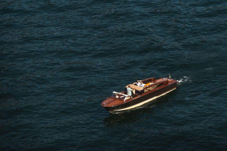 Ein kleines Motorboot auf einem See