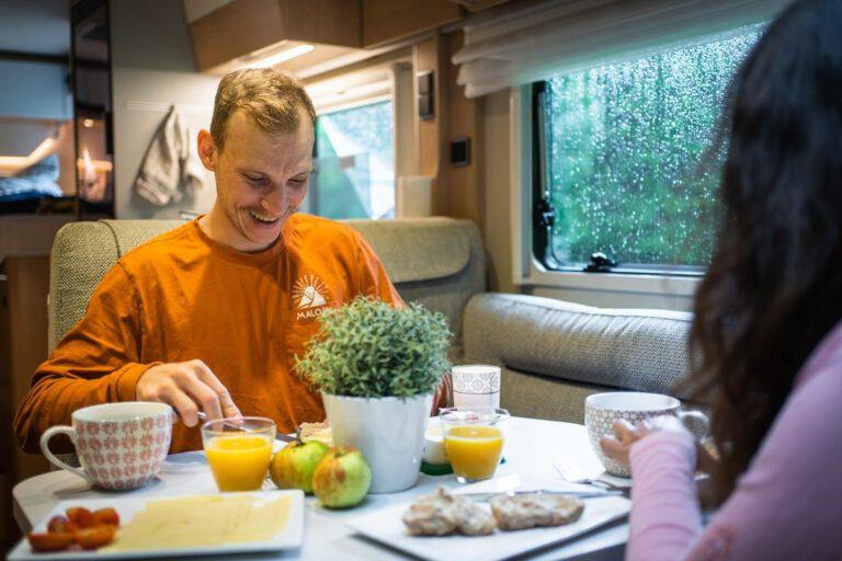 Ein Mann beim Frühstück in einem Wohnmobil - MTB Chris Gollhofer People Fotografie