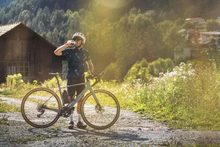Ein Gravelbike Fahrer trinkt aus seiner Flasche - Simplon Südtirol Schweiz