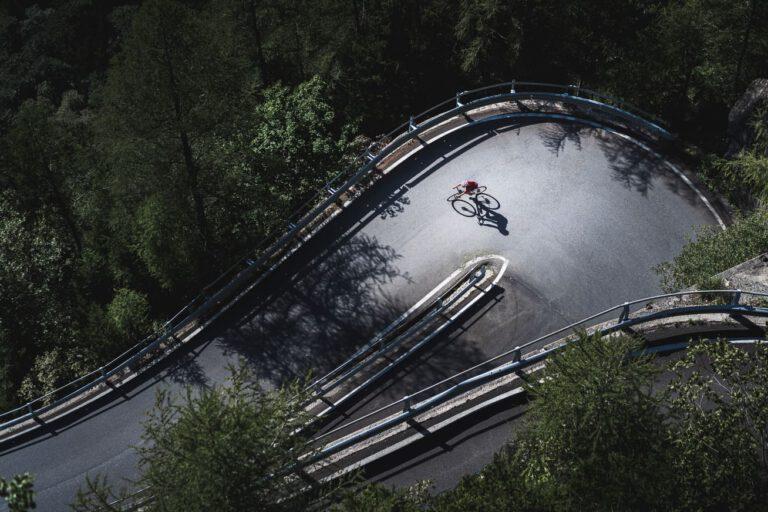 Gravelbike Fahrer in einer Nadelöhrkurve - Chris Gollhofer Drohnenfotografie