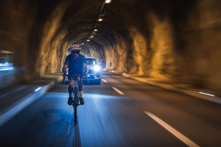 Ein Gravelbike fährt durch einen Tunnel