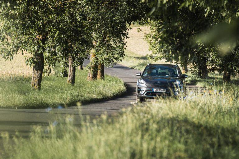Ein schwarzes Auto in einer Kurve - Chris Gollhofer Fotografie Süddeutschland