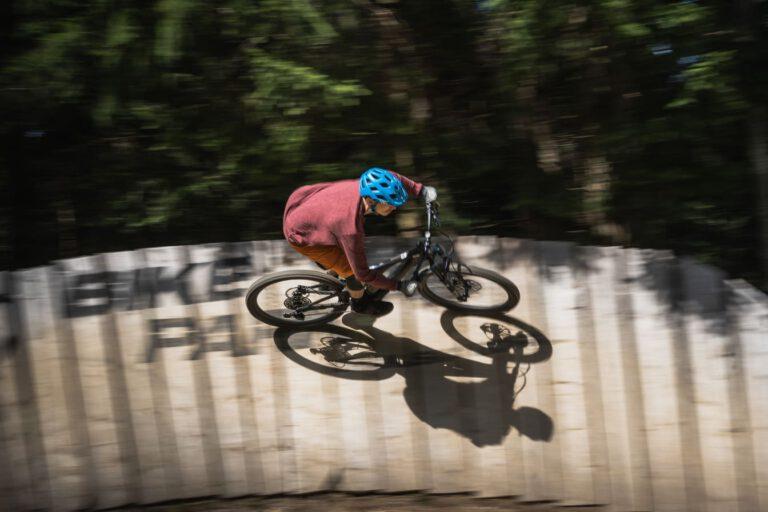 Ein Mann fährt MTB auf einem Wallride - Chris Gollhofer Fotografie Kranjska Gora