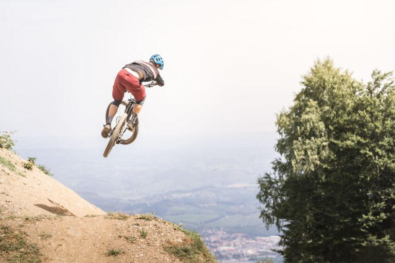 Ein Mountainbike springt im Bikepark Maribor - Chris Gollhofer MTB Specialized Sport Fotografie