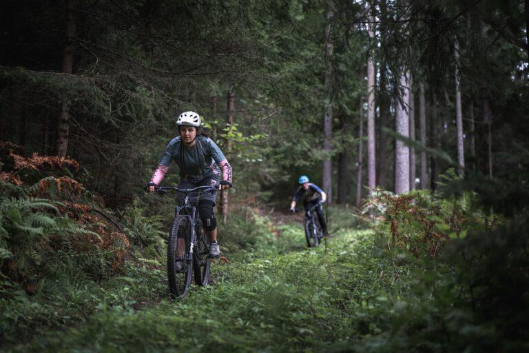 Zwei Mountainbiker auf einem Waldtrail - MTB Chris Gollhofer Specialzed Sport Fotografie