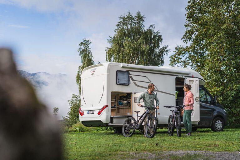 Zwei Personen mit dem Specialized MTB vor einem Hymer Wohnmobil in Slowenien - Chris Gollhofer People Lifestyle Fotografie
