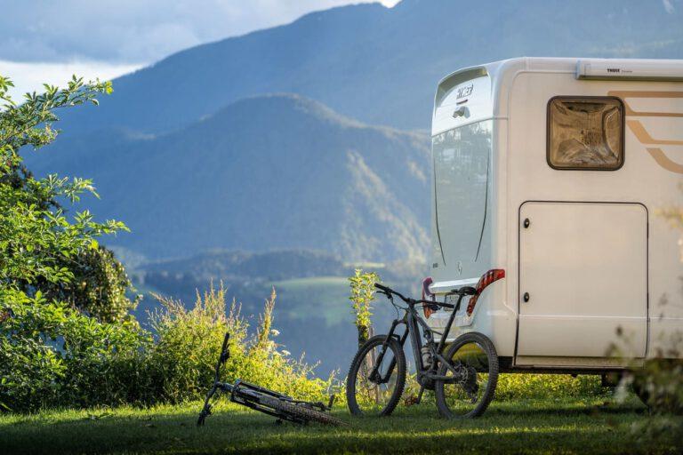 Zwei Specialized MTB´s vor einem Hymer Wohnmobil in Slowenien - Chris Gollhofer Lifestyle Fotografie