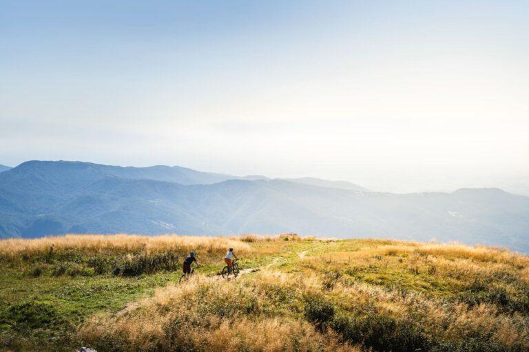 Zwei Mountainbiker auf einem Trail - Lifestyle Fotografie MTB Chris Gollhofer