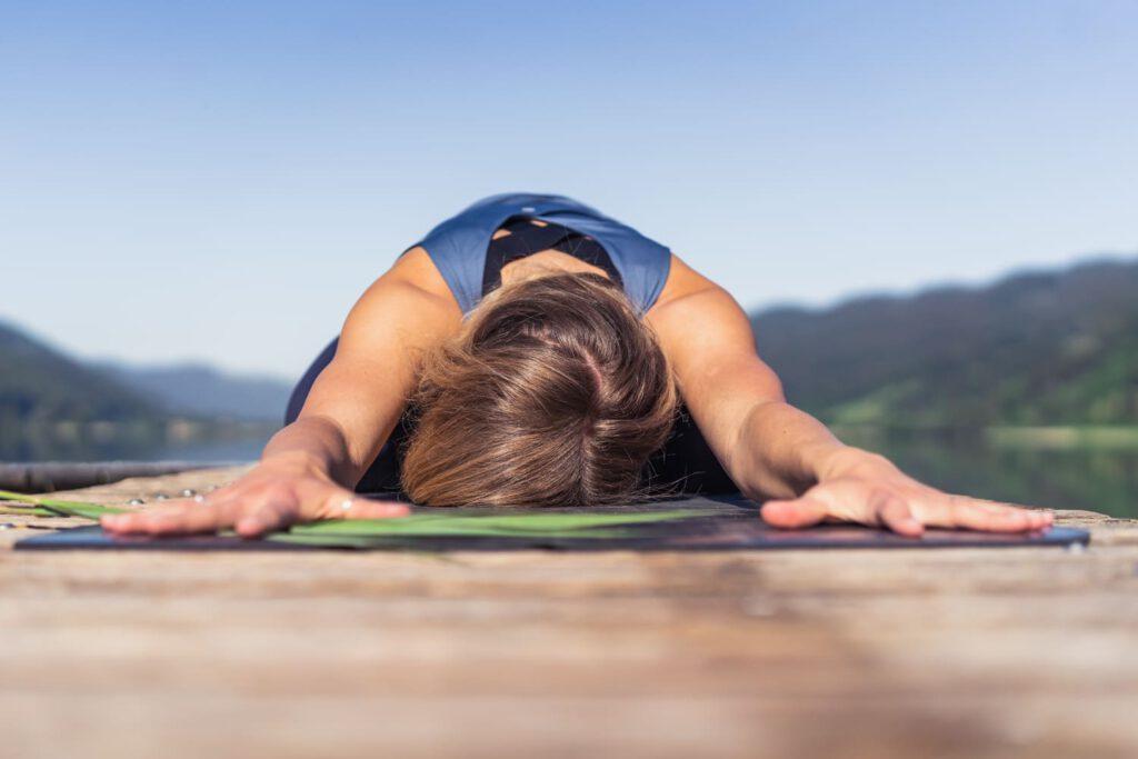 Kind Pose bei einer Yoga Session am Alpsee - Chris Gollhofer Sport und Lifestyle Fotografie