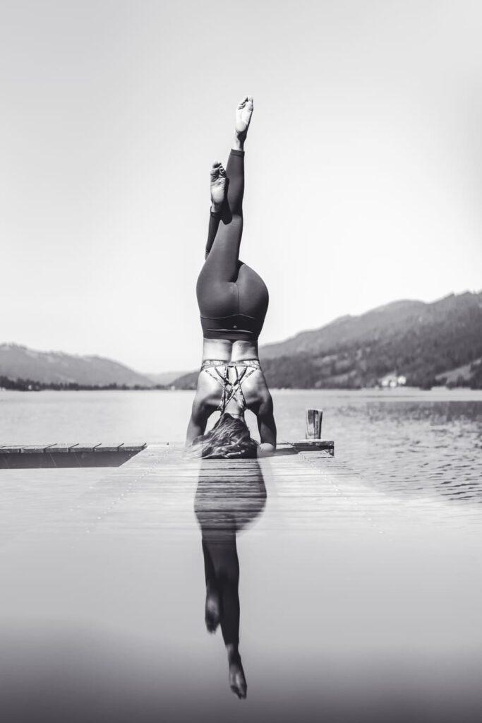 Eine Frau macht einen Kopfstand während einer Yoga Stunde - Lifestyle Fotografie Chris Gollhofer Fotograf Allgäu