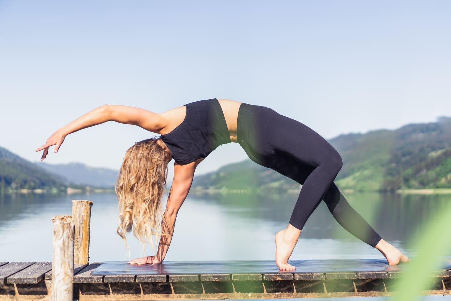 Eine Frau während einer Yoga Stunde an einem See - Lifestyle Fotografie Chris Gollhofer