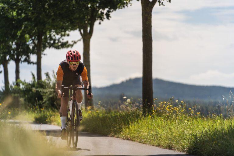 Rennradfahrer auf einem Fahrradweg
