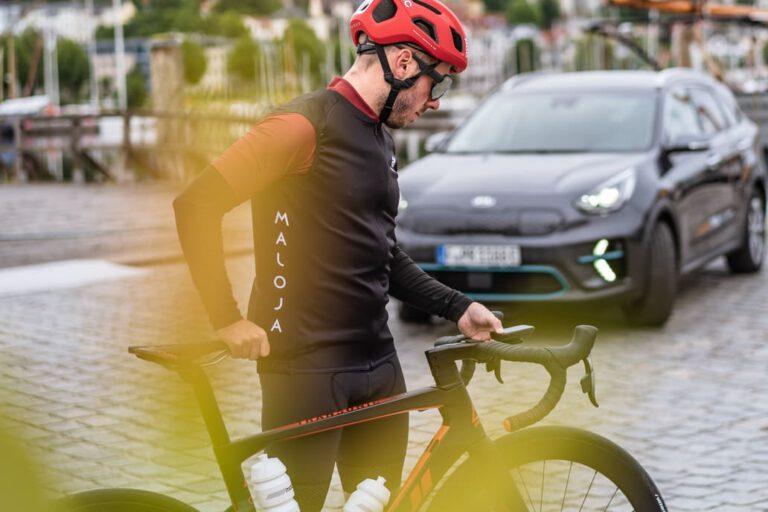 Rennradfahrer checkt sein Fahrrad - Chris Gollhofer Lifestyle Fotografie