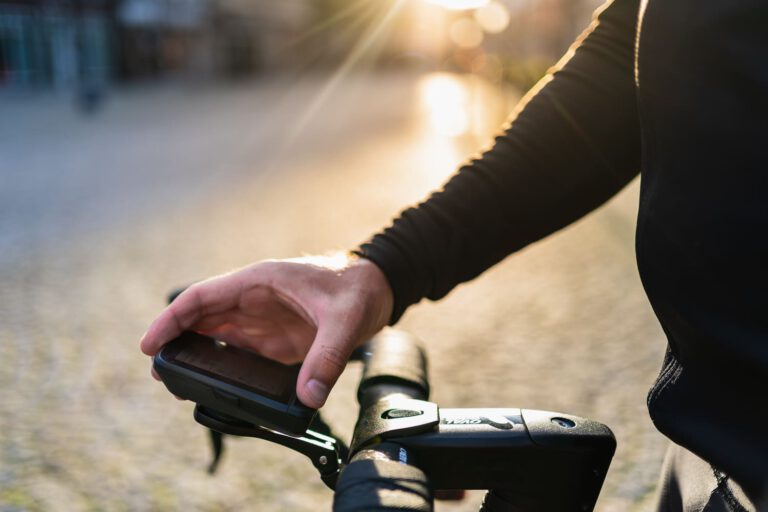 Mann prüft den Tacho an seinem Rennrad - Chris Gollhofer Produkt Fotografie