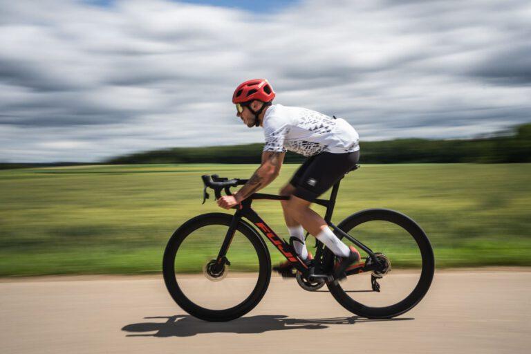 Ein Rennradfahrer auf Landstraße - Chris Gollhofer Sport Fotografie