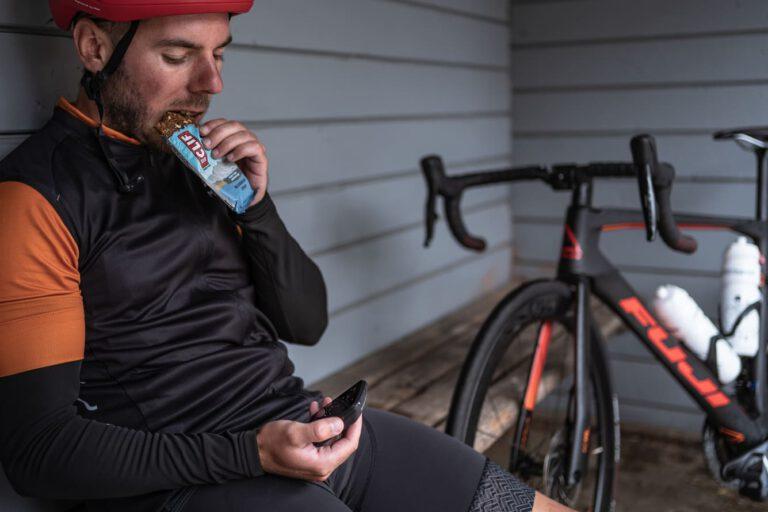 Ein Mann beisst in seinen Energy Riegel Chris Gollhofer Lifestyle Fotografie