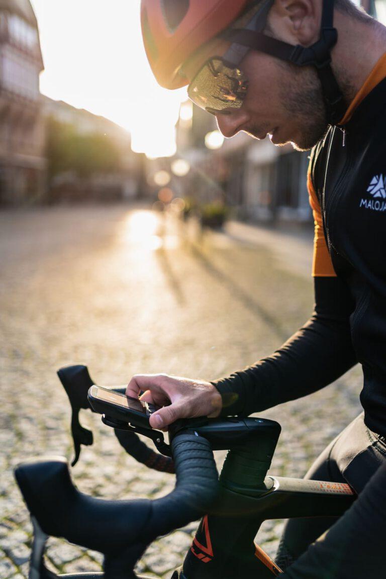 Mann prüft Bordcomputer an einem Rennrad Chris Gollhofer Lifestyle Fotografie