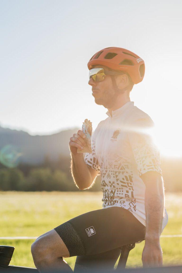 Ein Rennradfahrer bei Sonnenuntergang