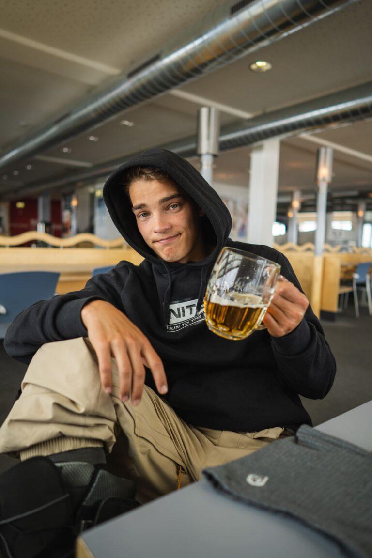 Prost Profi Snowboarder André Höflich Sport und Lifestyle Fotograf Chris Gollhofer Bergstation Restaurant Patscherkofel