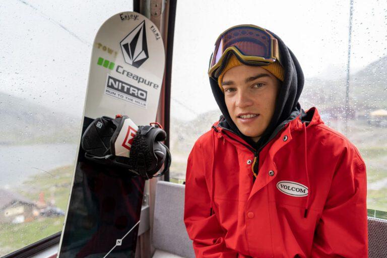 Snowboard Portrait in Gondel mit André Höflich Sport und Lifestyle Fotograf Chris Gollhofer Mölltaler Gletscher