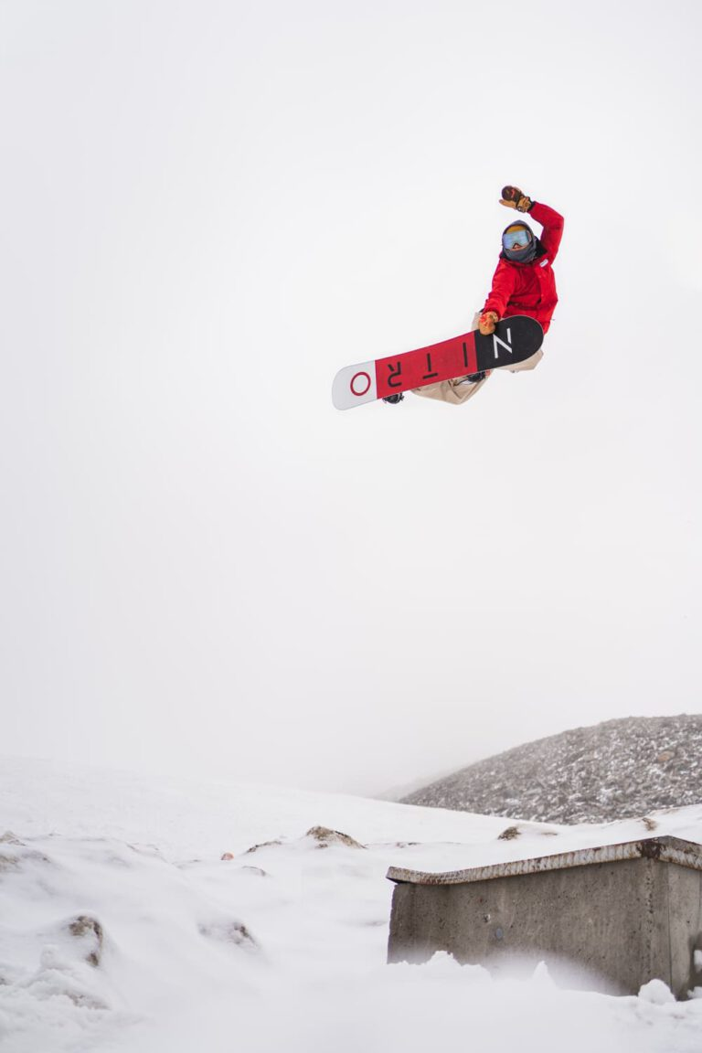 André Höflich macht einen Method Grab Sport und Lifestyle Fotograf Chris Gollhofer Sommer Snowboard Österreich