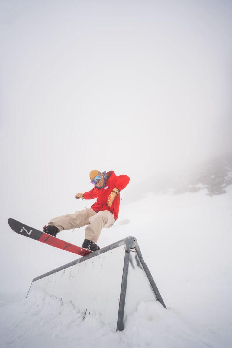 Snowboard Profi André Höflich macht einen Noseblunt Sport und Lifestyle Fotograf Chris Gollhofer Action Shot Österreich