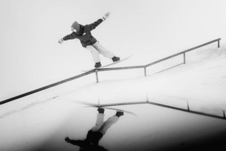 Ein Snowboarder auf einem Geländer - Sport und Lifestyle Fotograf Chris Gollhofer Mölltaler Gletscher