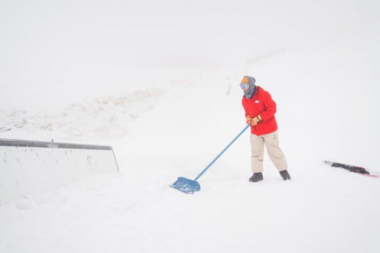 Snowboard Pro Andre Höflich als Shaper Sport und Lifestyle Fotograf Chris Gollhofer Stubai Tal