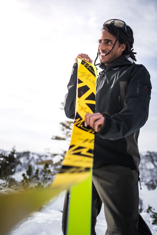 Ein Mann präpariert seine Ski für eine Skitour