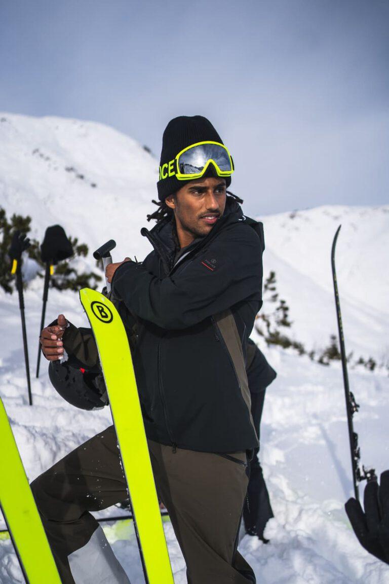 Ein Mann macht Pause bei einer Skitour