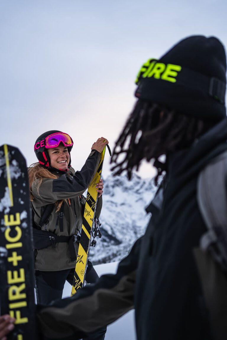 Eine Frau zieht nach der Skitour die Felle von ihren Tourenski ab