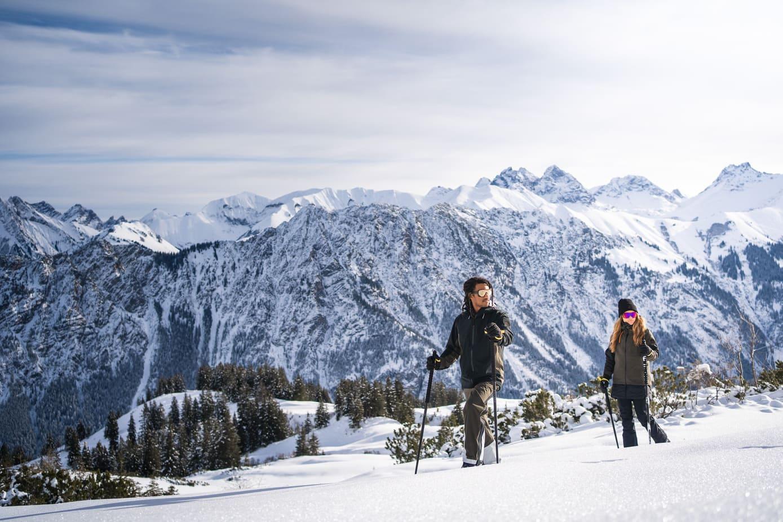 Zwei Personen gehen eine Skitour