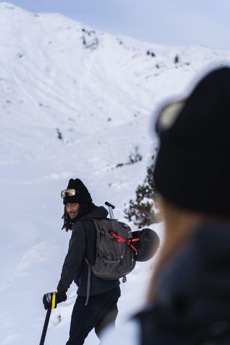 Ein Mann schaut über seine Schulter - Chris Gollhofer Lifestyle Fotografie