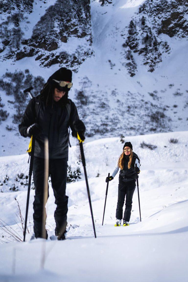 Ein Paar geht zusammen eine Skitour - Chris Gollhofer Lifestyle Fotografie