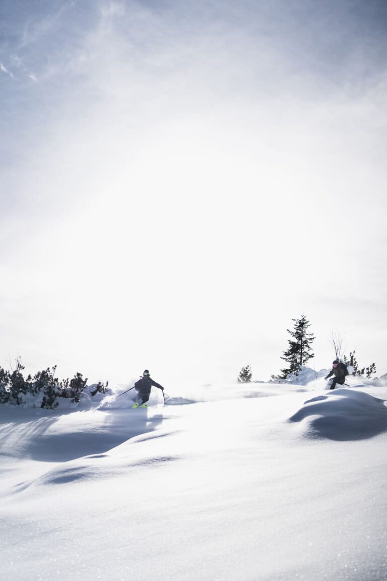 Zwei Freeride Skifahrer im Tiefschnee nach einer Skitour - Chris Gollhofer Lifestyle Sport Fotografie