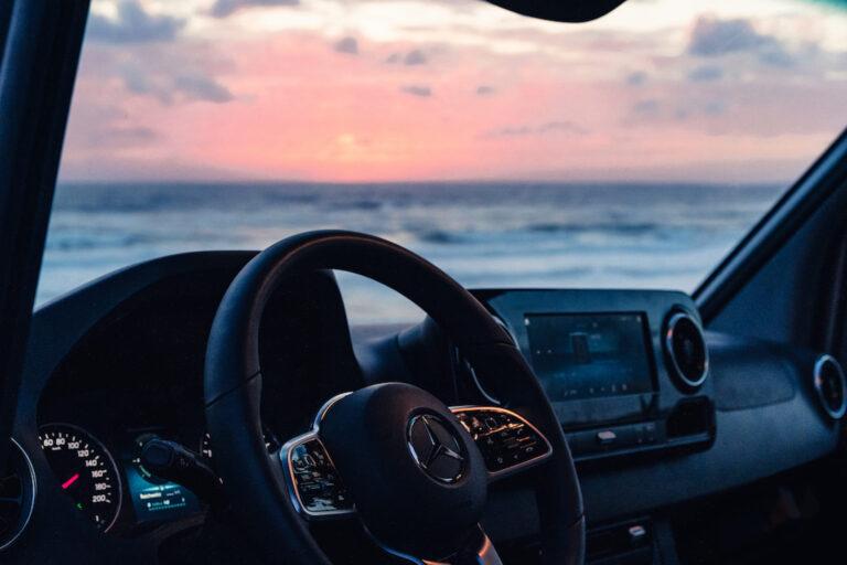 Ausblick auf das Meer bei Sonnenuntergang - Vanlife Chris Gollhofer Fotografie