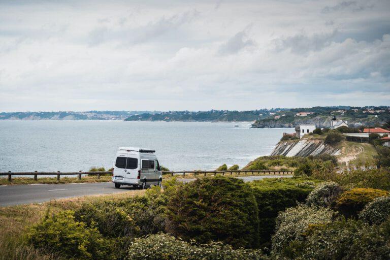 Wohnmobil auf einer Küstenstraße in Frankreich - Werbefotografie Roadtrip Chris Gollhofer Fotografie