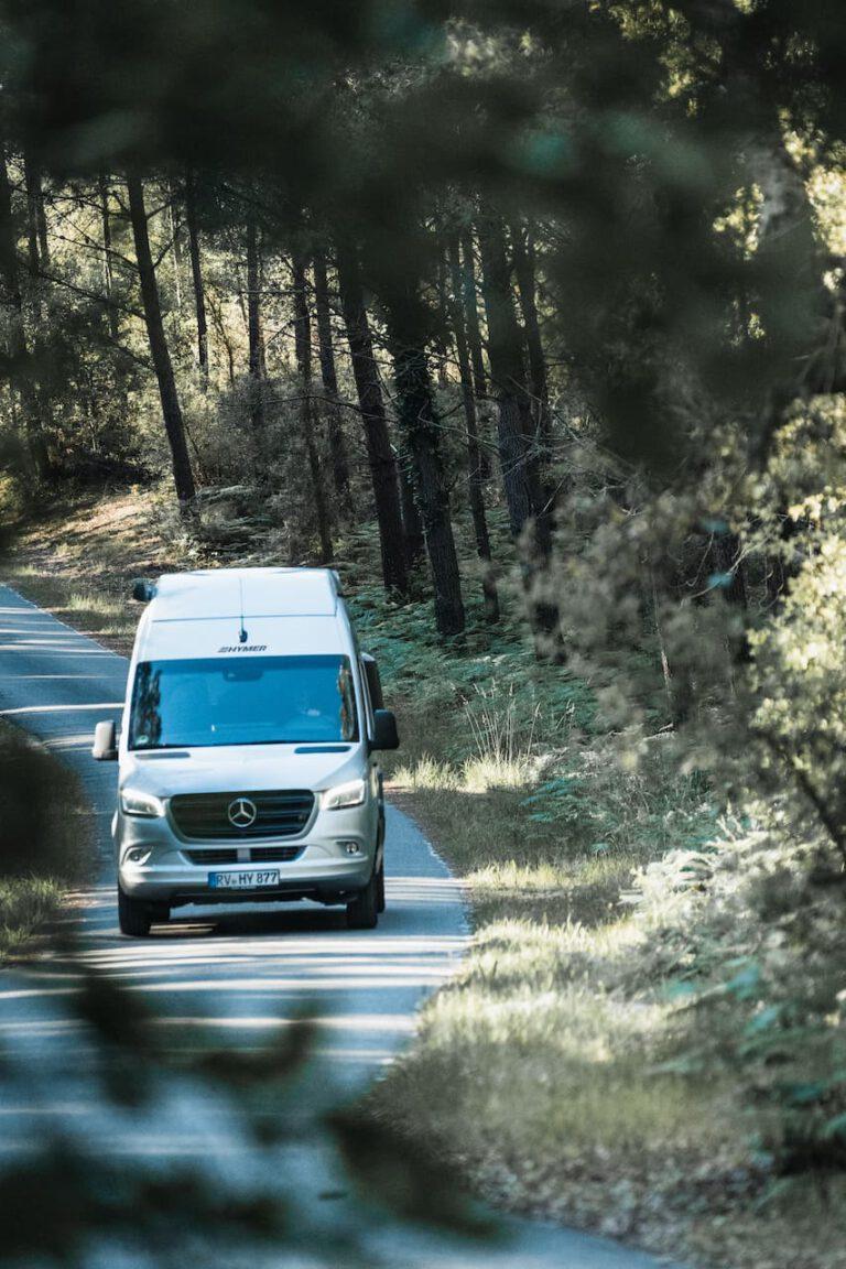 Wohnmobil fährt durch einen Pinienwald von Südfrankreich - Roadtrip Lifestyleshooting Chris Gollhofer Fotografie
