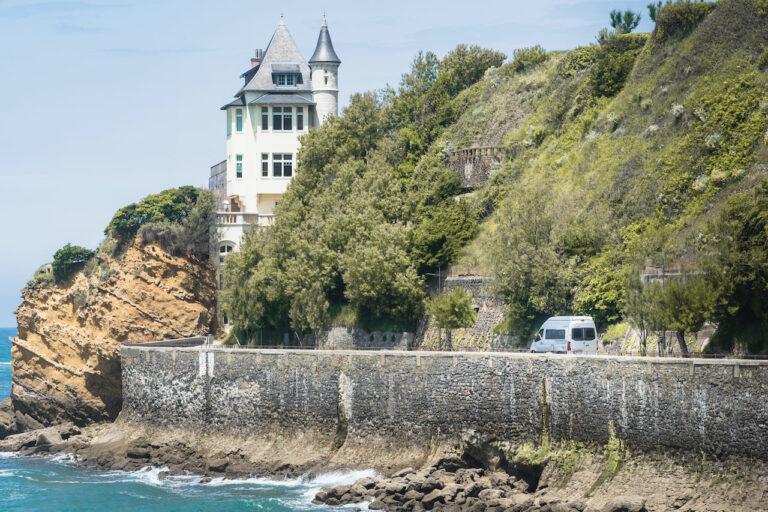 Wohnmobil auf der Küstenstraße von Biarritz - Surftrip Chris Gollhofer Fotografie