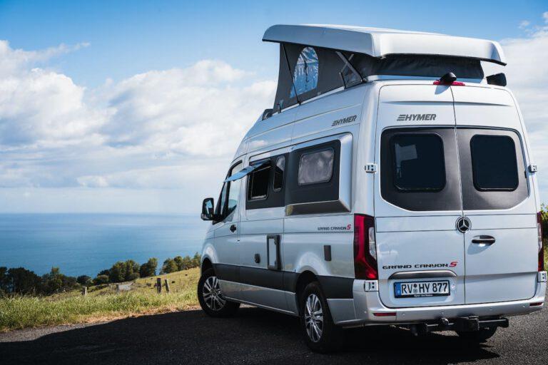 Wohnmobil auf einer Anhöhe mit Meerblick - Vanlife Surftrip Chris Gollhofer Fotografie