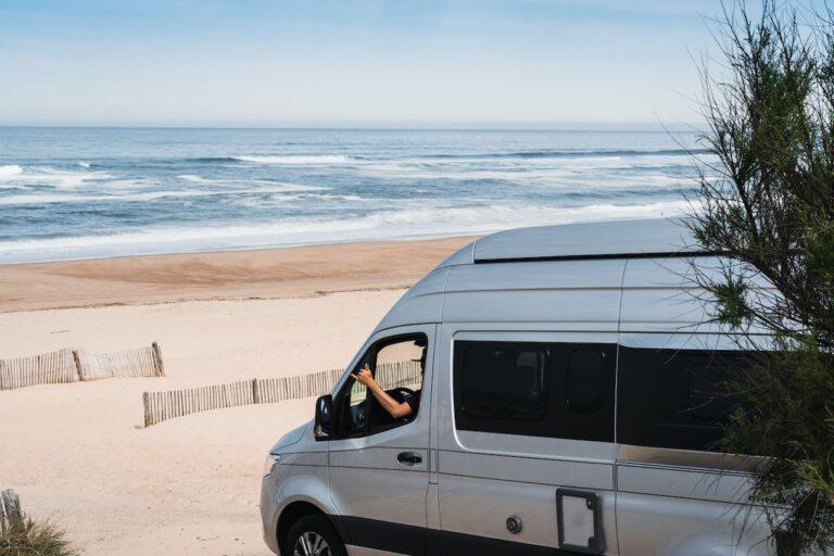 Ein Wohnmobil am Strand von Hossegor - Vanlife Surftrip Chris Gollhofer Fotografie