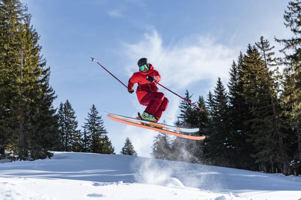Mann springt mit Ski