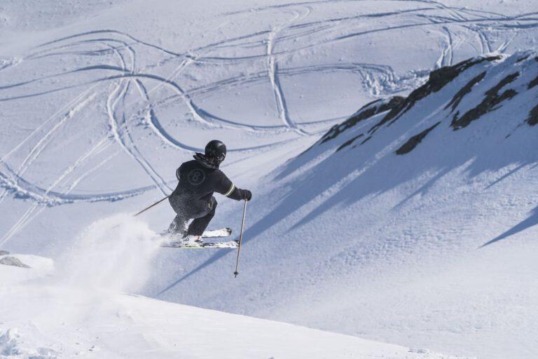 Ein Freerider beim Skifahren in Sölden