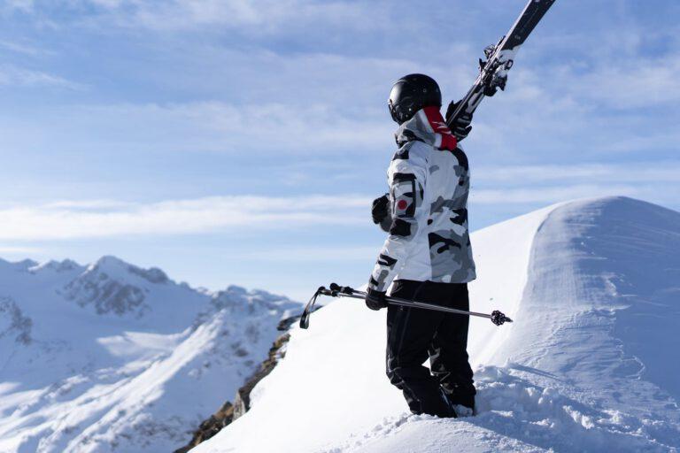 Ein Mann mit Ski auf der Schulter