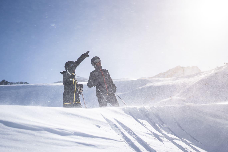 Zwei Männer beim Skifahren in Sölden - Chris Gollhofer Lifestyle Fotografie