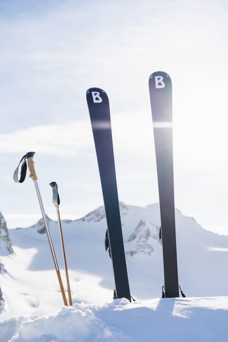 Zwei Bogner Ski und Stöcke stecken im Tteifschnee