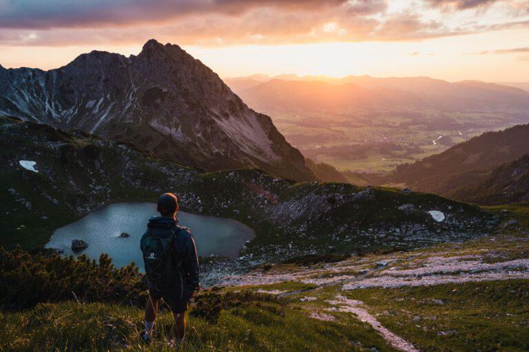 Ein Mann auf steht vor einem Berge und trinkt eiskalte Limonade - Chris Gollhofer Lifestyle Fotografie