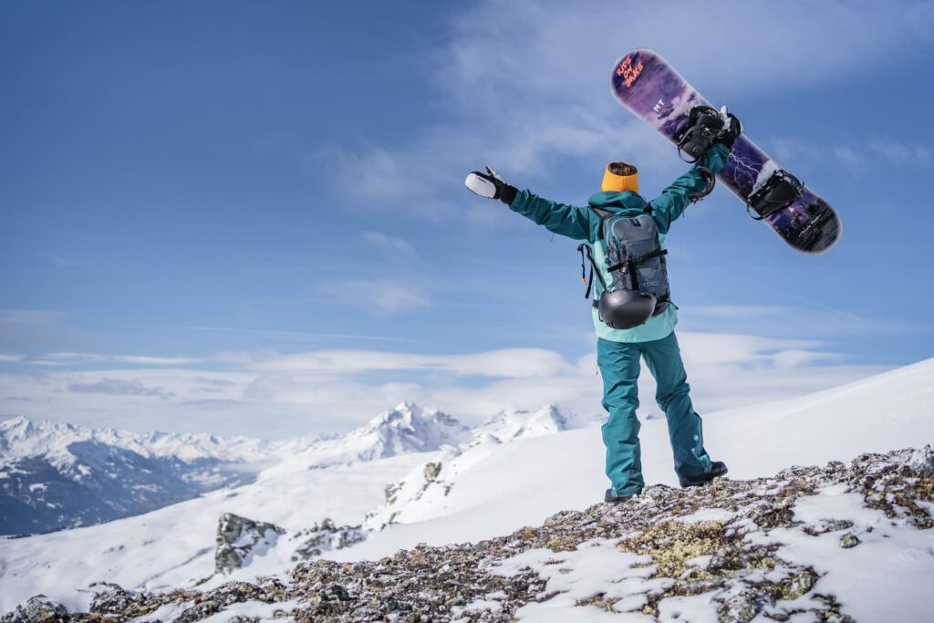 Frau steht vor einem Tiefschneefeld - Chris Gollhofer Sport Fotografie
