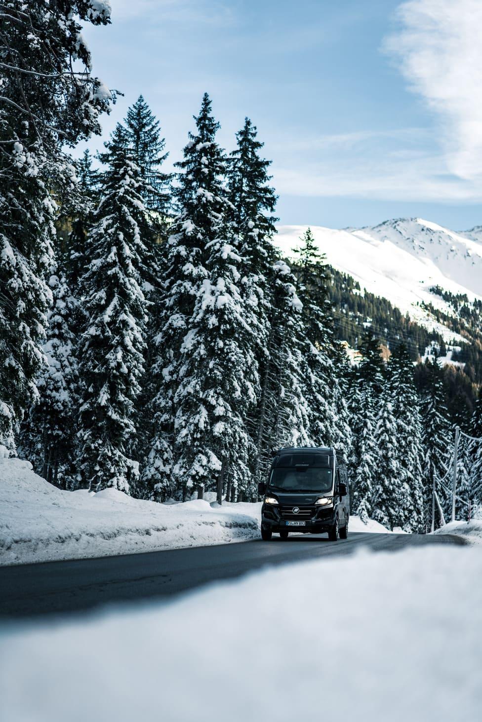 Ein Wohnmobil auf einer winterlichen Landstraße - Roadtrip Chris Gollhofer Lifestyle Fotografie