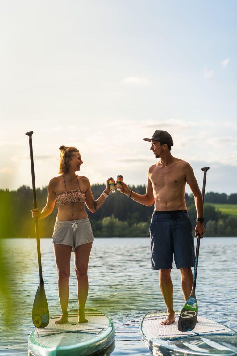 Ein Mann und eine Frau aus SUPs auf einem See